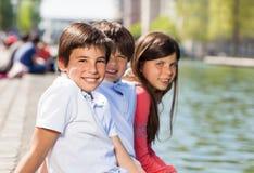 Amis passant des vacances d'été par la rivière Images libres de droits