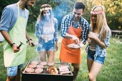 Amis passant le temps en nature et ayant le barbecue Photo stock