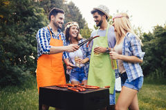 Amis passant le temps en nature et ayant le barbecue Image stock