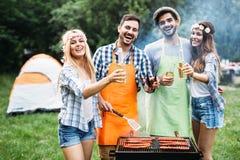 Amis passant le temps en nature et ayant le barbecue Photo libre de droits