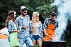 Amis passant le temps en nature et ayant le barbecue Image libre de droits