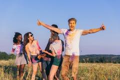Amis passant le temps ensemble au festival de holi Image stock