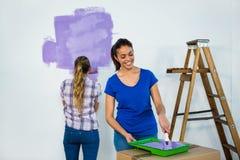 Amis peignant un mur Photo libre de droits