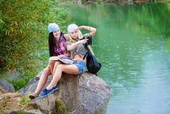 Amis pendant des vacances en stationnement Photographie stock libre de droits