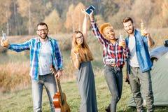 Amis pendant la récréation extérieure Image libre de droits
