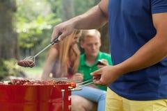 Amis pendant le barbecue Photo stock