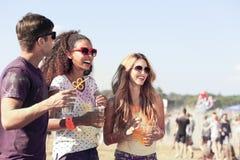Amis pendant le festival à l'air frais Image stock