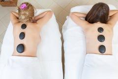 Amis pendant le massage en pierre chaud Photo stock