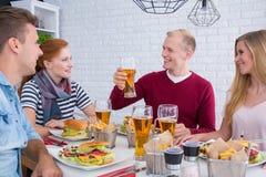 Amis pendant le repas Photo libre de droits