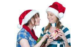 Amis permutant des cadeaux Photo stock