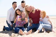 Amis photographiés sur la plage Photos libres de droits