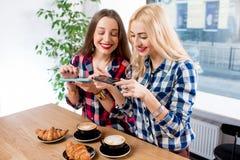 Amis photographiant le café Image libre de droits