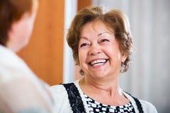Amis pluss âgé ayant la conversation gentille Image libre de droits