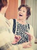 Amis pluss âgé ayant la conversation gentille Photographie stock libre de droits