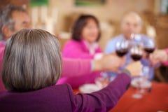 Amis pluss âgé célébrant dans le restaurant Image stock
