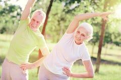 Amis pluss âgé de sourire s'exerçant dehors avec plaisir Photo stock