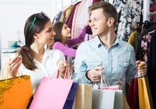 Amis portant des sacs dans la boutique Image stock