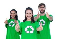Amis portant réutilisant des T-shirts Photographie stock libre de droits