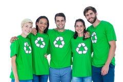 Amis portant réutilisant des T-shirts Photos stock