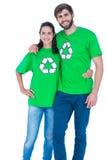 Amis portant réutilisant des T-shirts Images stock