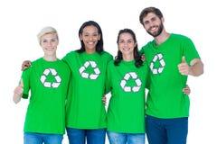 Amis portant réutilisant des T-shirts Photographie stock