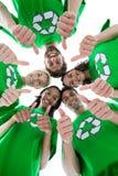 Amis portant réutilisant des T-shirts formant le petit groupe Images stock