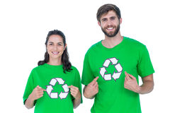 Amis portant réutilisant des T-shirts se dirigeant Photo libre de droits