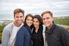 Amis posant ensemble pour un portrait extérieur Photographie stock libre de droits
