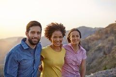 Amis posant pour des photos avec des montagnes Image libre de droits