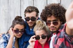 Amis posant pour le selfie Image stock
