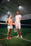 Amis positifs allant jouer au tennis Photo libre de droits