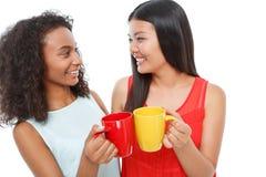 Amis positifs buvant du thé Image stock