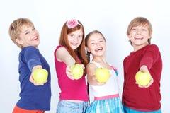 Amis positifs conservant des pommes Photos libres de droits