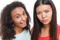 Amis positifs faisant des visages Photos libres de droits