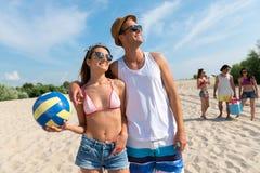 Amis positifs se reposant sur la plage Photo libre de droits