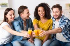 Amis positifs se reposant sur le divan Photo libre de droits