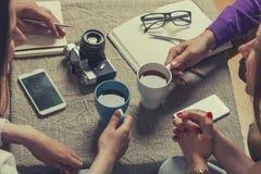 Amis pour le thé dans la discussion de nouvelles idées Photos libres de droits