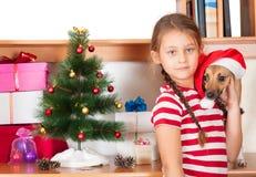 Amis près de l'arbre de Noël Photographie stock libre de droits