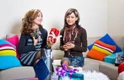 Amis préparant des cadeaux de Noël Images stock