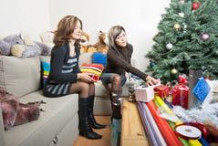 Amis préparant des cadeaux de Noël Photo libre de droits