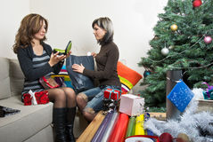 Amis préparant des cadeaux de Noël Photo stock