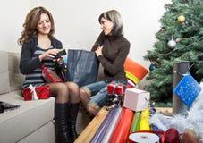 Amis préparant des cadeaux de Noël Photographie stock libre de droits