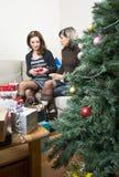 Amis préparant des cadeaux de Noël Images libres de droits