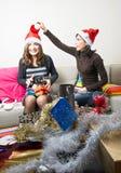 Amis préparant des cadeaux de Noël Photos stock