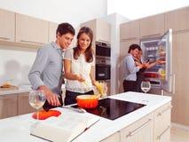 Amis préparant des spaghetti Images stock