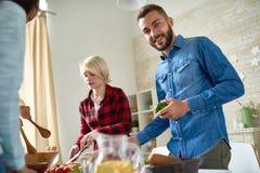 Amis préparant le dîner ensemble Photo stock