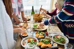 Amis préparant le dîner ensemble Images libres de droits