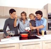 Amis préparant le petit déjeuner e Images stock
