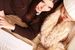 Amis prévoyant des vacances d'hiver en ligne Photo stock