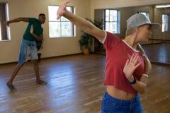 Amis pratiquant la danse dans le studio Photos libres de droits